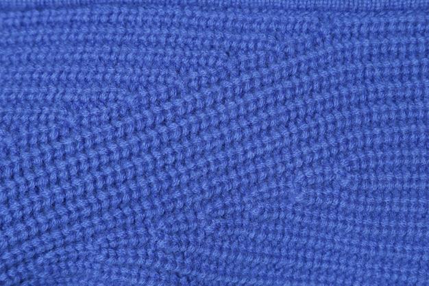 Zbliżenie tekstury niebieskiej dzianiny wełnianej