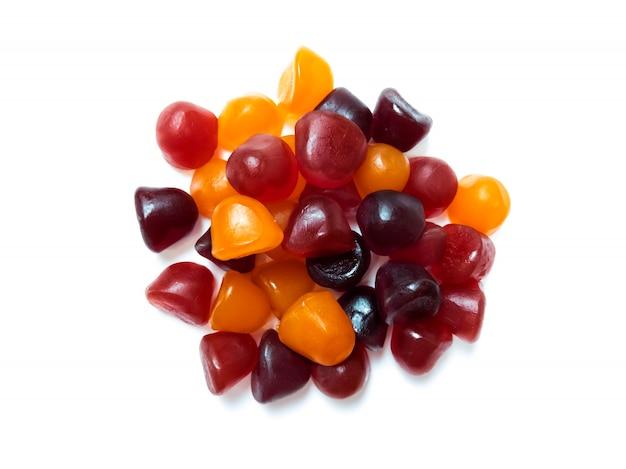 Zbliżenie tekstury żelków multiwitaminowych w kolorze czerwonym, pomarańczowym i fioletowym. pojęcie zdrowego stylu życia.