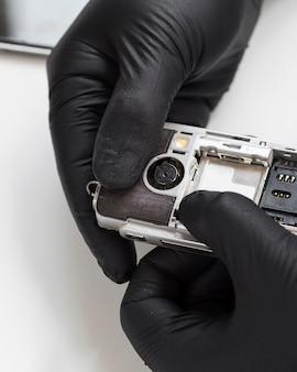 Zbliżenie telefonu ze zdjętą pokrywą