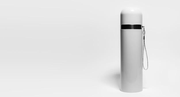 Zbliżenie: termos ze stali nierdzewnej szarej na białym tle z miejsca kopiowania. czarno-białe zdjęcie.