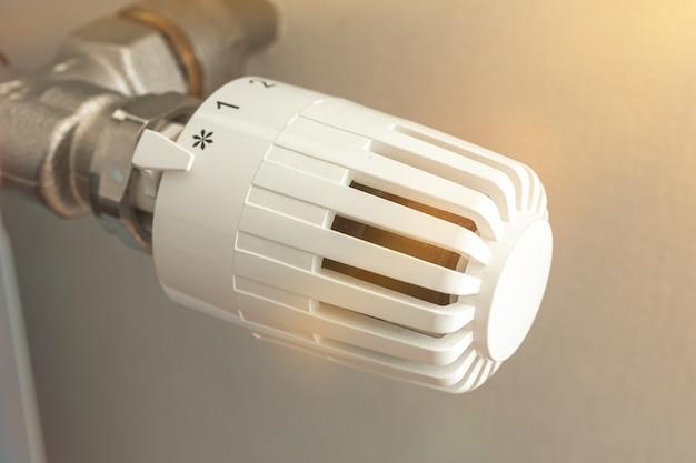 Zbliżenie termostatu grzejnikowego, zdjęcie koncepcji grzejnika domowego