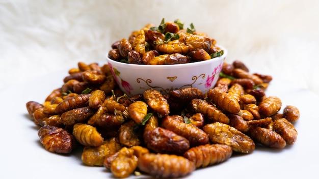 Zbliżenie tłusty smak i słone jedwabniki owady robak spożywczy owad do jedzenia