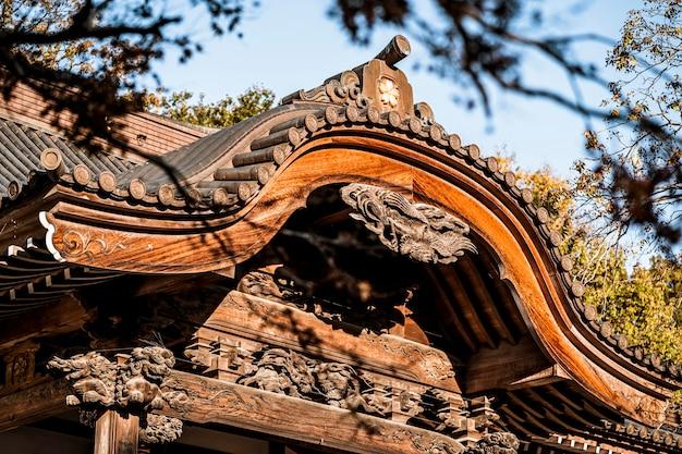 Zbliżenie tradycyjnej japońskiej konstrukcji drewnianej