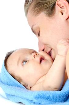 Zbliżenie troskliwej młodej matki ociera dziewczynę