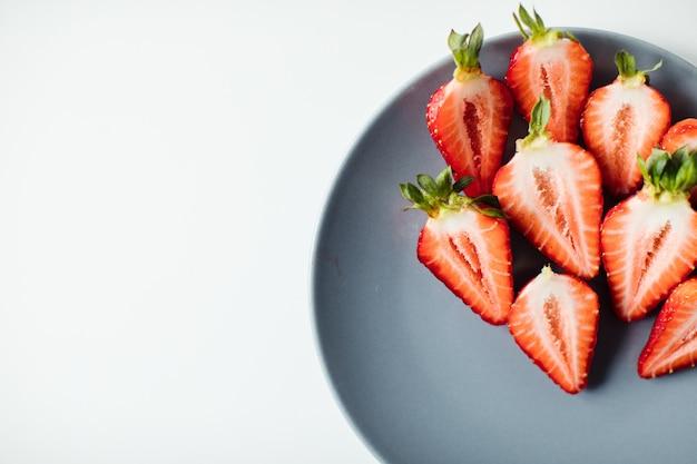 Zbliżenie truskawek i czarnych jagód na desce. świeże jagody