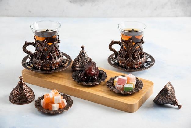 Zbliżenie turecki zestaw herbaty. pachnąca herbata i słodkie cukierki