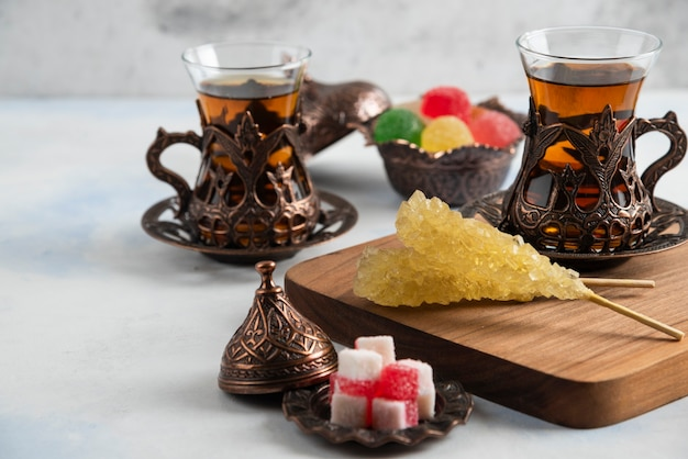 Zbliżenie turecki zestaw herbaty. słodkie cukierki i pachnąca herbata