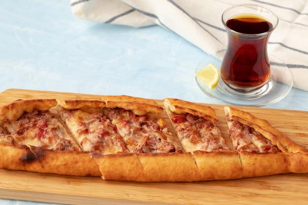 Zbliżenie tureckiego chleba pide na drewnianym stole