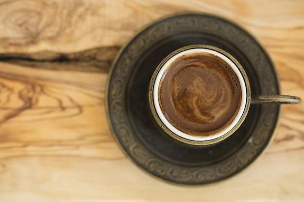 Zbliżenie tureckiej kawy podawanej w tradycyjnej filiżance