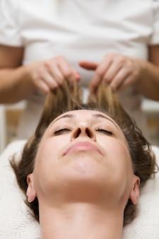 Zbliżenie twarz kobieta ma twarzowego masaż w zdroju