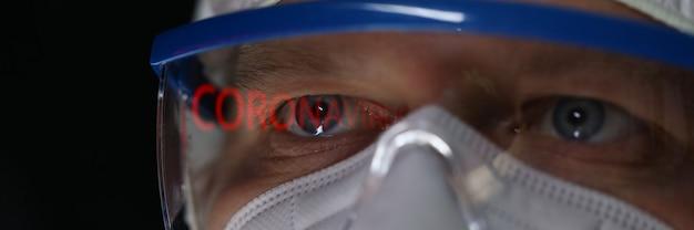 Zbliżenie twarzy męskiej noszących okulary ochronne i maskę. koronawirus z czerwonym napisem. covid19. zapobieganie w przestrzeni publicznej. niebezpieczny wirus i koncepcja opieki zdrowotnej