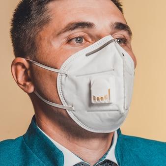 Zbliżenie twarzy pacjenta płci męskiej w osłonie twarzy na samoizolację podczas pandemii koronawirusa 2021