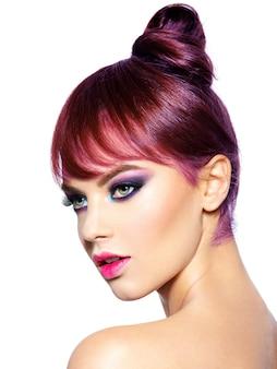 Zbliżenie twarzy pięknej kobiety z jasny żywy makijaż. modelka z kreatywnym makijażem oczu - na białym tle. dziewczyna z rudymi włosami. krótka fryzura z grzywką