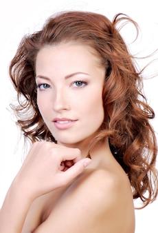 Zbliżenie twarzy pięknej młodej kobiety