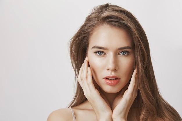 Zbliżenie twarzy zmysłowej pięknej kobiety