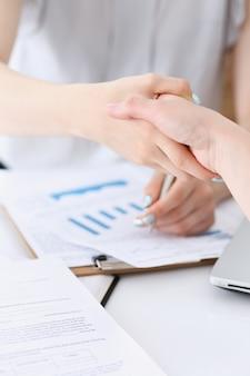 Zbliżenie umowy partnerskiej