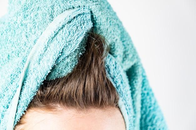 Zbliżenie umyte włosy i ręcznik kąpielowy. suszenie włosów w naturalny sposób bez suszarki