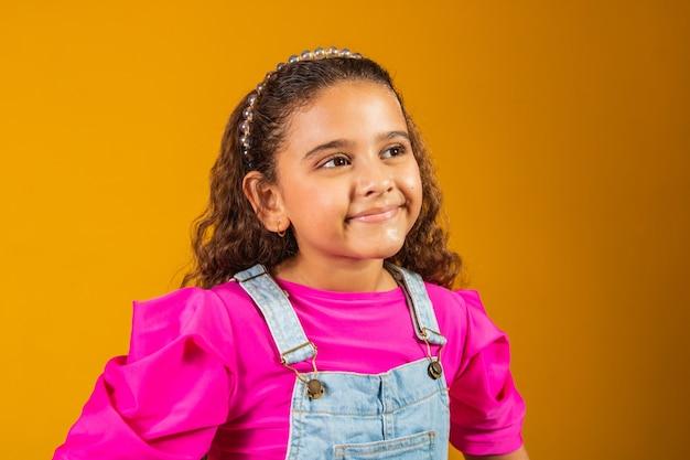 Zbliżenie urocze dziecko z szczęśliwym falowanym włosem.