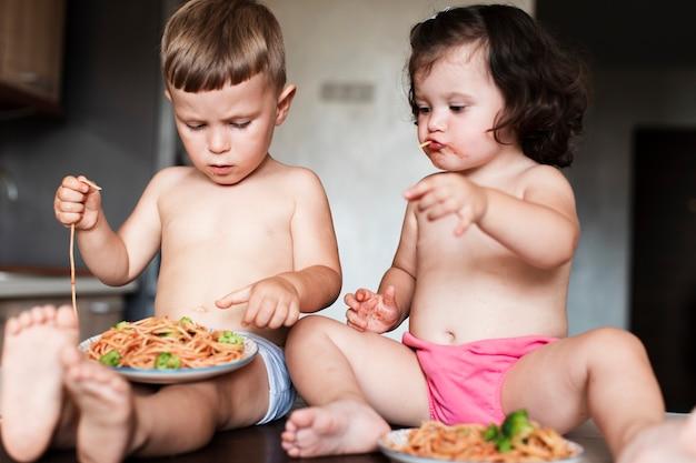 Zbliżenie urocze młode rodzeństwo