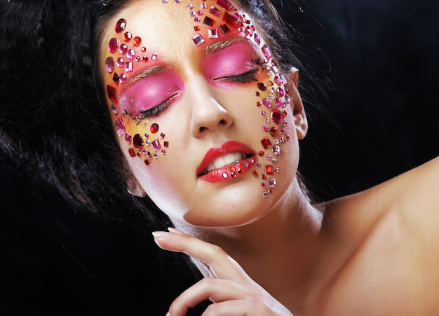 Zbliżenie uroda portret atrakcyjny model twarzy z obliczem jasne dżetów. kobieta z zamkniętymi oczami.