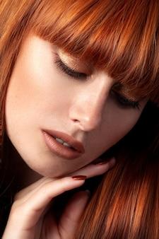 Zbliżenie uroda portret młodej kobiety rude z idealne gładkie i błyszczące włosy. koncepcja pielęgnacji włosów i skóry