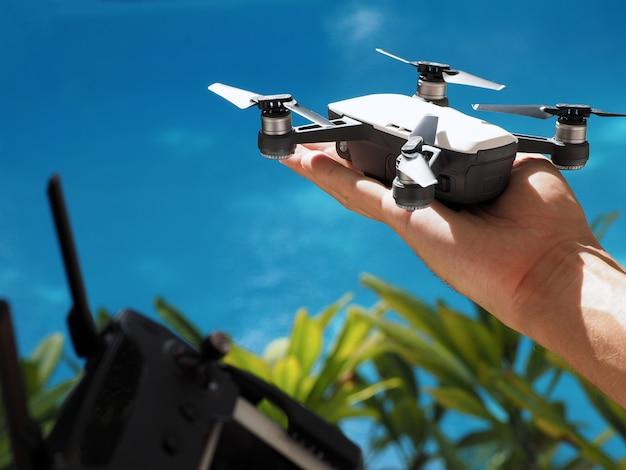 Zbliżenie. uruchom drona, wystrzeliwując z ręki za pomocą kontrolera.