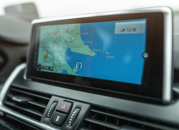 Zbliżenie urządzenia systemu nawigacji gps w podróżującym samochodzie