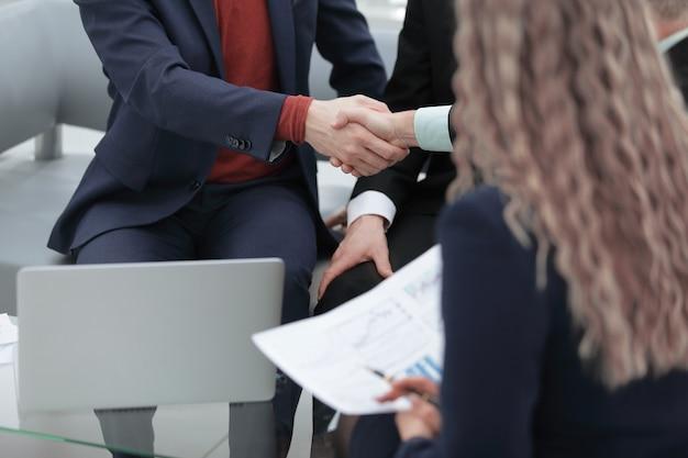 Zbliżenie. uścisk dłoni między menedżerem a klientem jako znak współpracy
