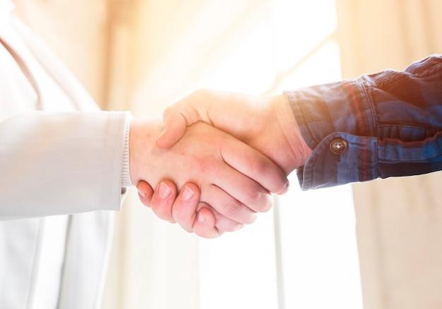 Zbliżenie uścisk dłoni partnerów biznesowych w biurze