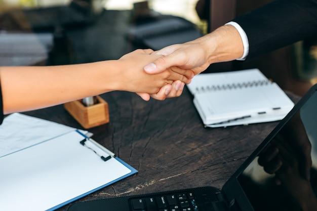 Zbliżenie uścisk dłoni podczas spotkania biznesowego