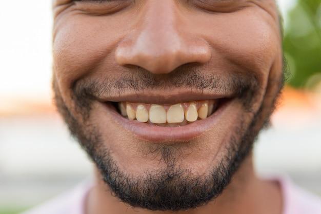 Zbliżenie uśmiechnięta męska twarz