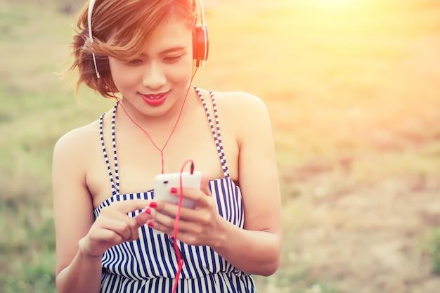 Zbliżenie uśmiechnięta nastolatka z jej telefonu komórkowego