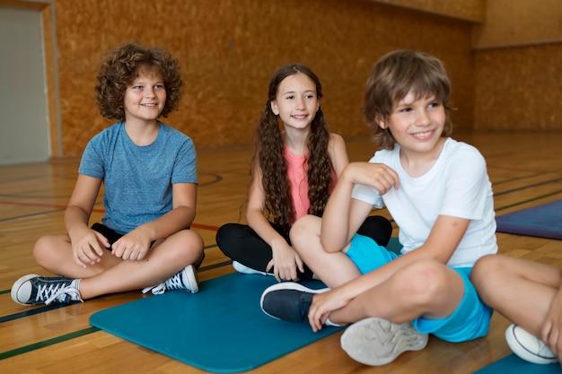 Zbliżenie uśmiechnięte dzieci siedzące