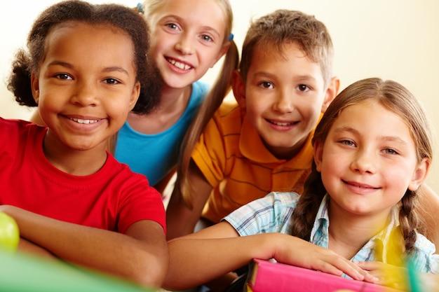 Zbliżenie uśmiechnięte dzieci w wieku szkolnym