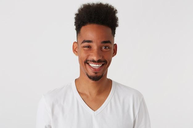 Zbliżenie uśmiechnięty atrakcyjny african american młody człowiek