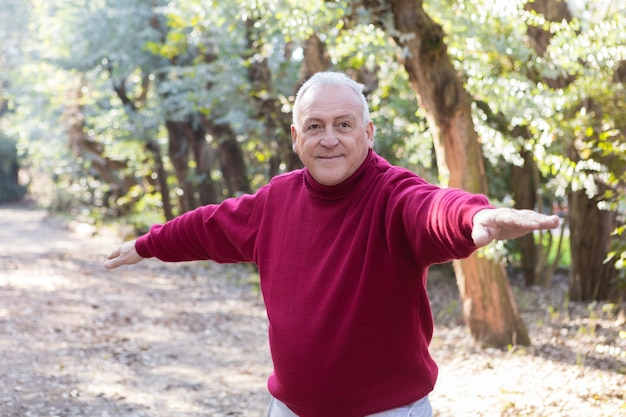 Zbliżenie uśmiechnięty człowiek robi ćwiczenia rozciągające