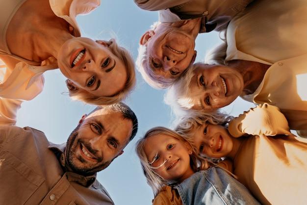 Zbliżenie uśmiechniętych ludzi pozujących razem