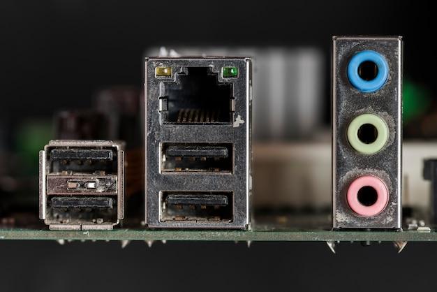 Zbliżenie uszkodzonych części komputera