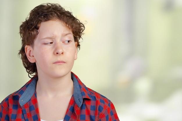 Zbliżenie w górę portret s podejrzana, ostrożna dziecko chłopiec