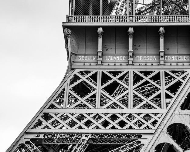 Zbliżenie w skali szarości strzał z wieży eiffla w paryżu, francja