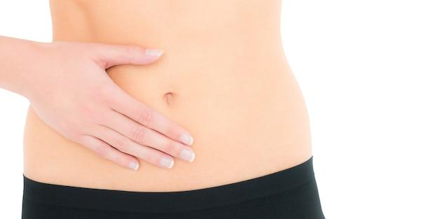 Zbliżenie w środkowej części wysportowanej kobiety z bólem brzucha