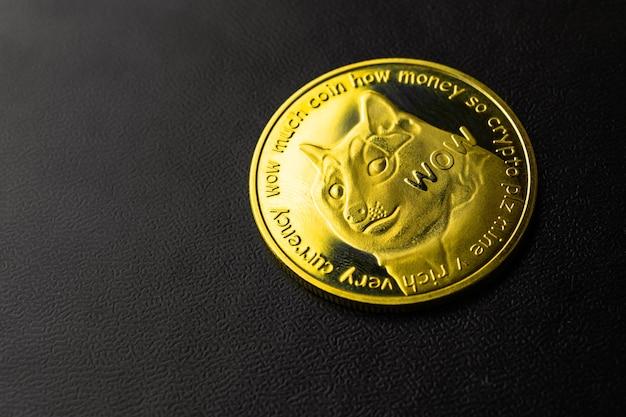 Zbliżenie waluty kryptograficznej dogecoin na czarnym tle, zdjęcie koncepcji biznesowej i finansowej