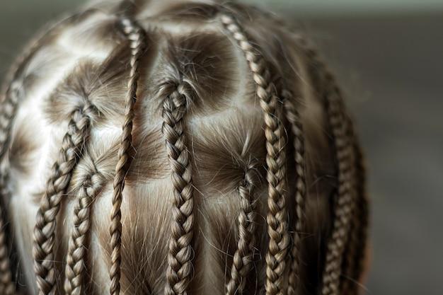 Zbliżenie warkocz włosów dziewczynki