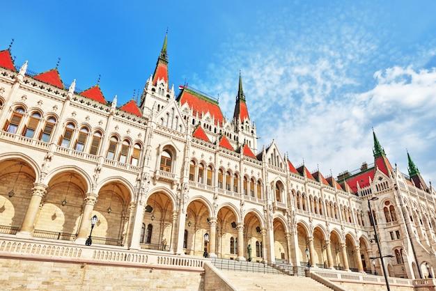 Zbliżenie węgierskiego parlamentu. budapeszt. jeden z najpiękniejszych budynków w stolicy węgier.