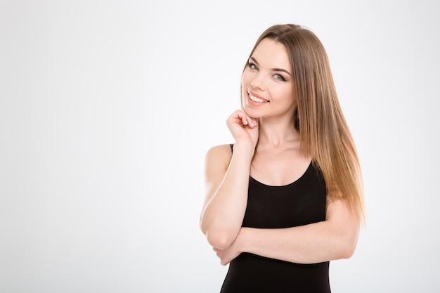 Zbliżenie wesołej szczęśliwej radosnej pięknej dziewczyny na białej ścianie