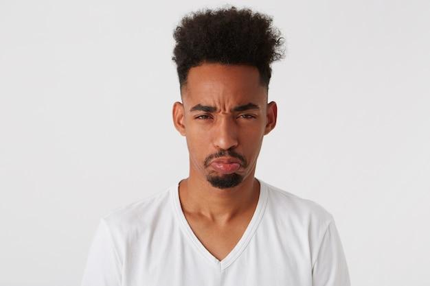 Zbliżenie wesoły przystojny afroamerykanin młody człowiek