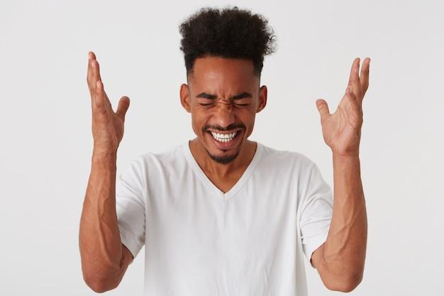 Zbliżenie wesoły radosny african american młody człowiek