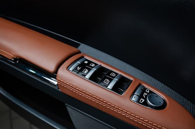 Zbliżenie wewnętrznych akcesoriów nowoczesnego samochodu