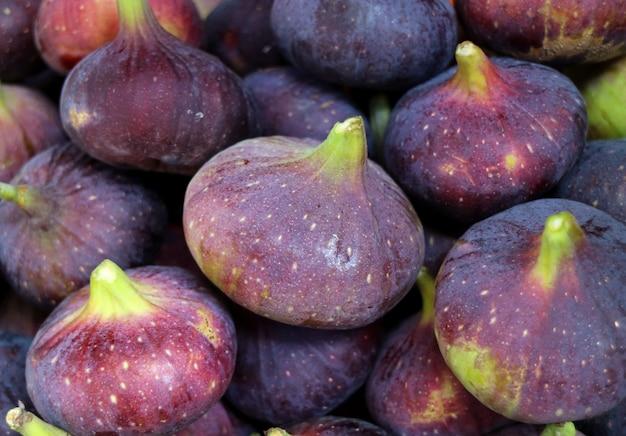 Zbliżenie wibrujące purpurowe świeże dojrzałe figi