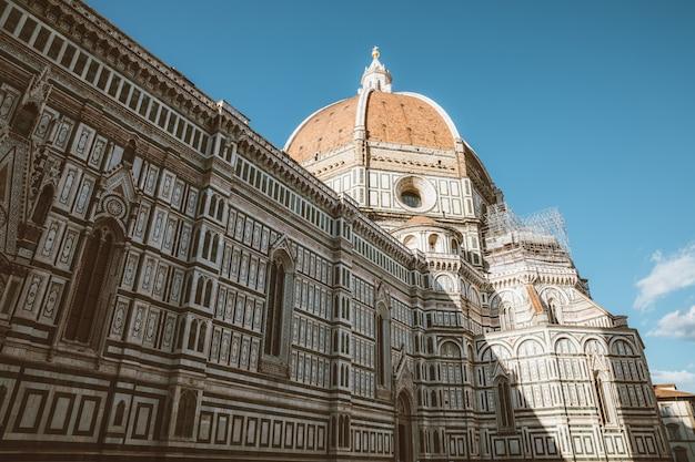 Zbliżenie widok fasady cattedrale di santa maria del fiore (katedra najświętszej marii panny kwiatowej) jest katedrą we florencji